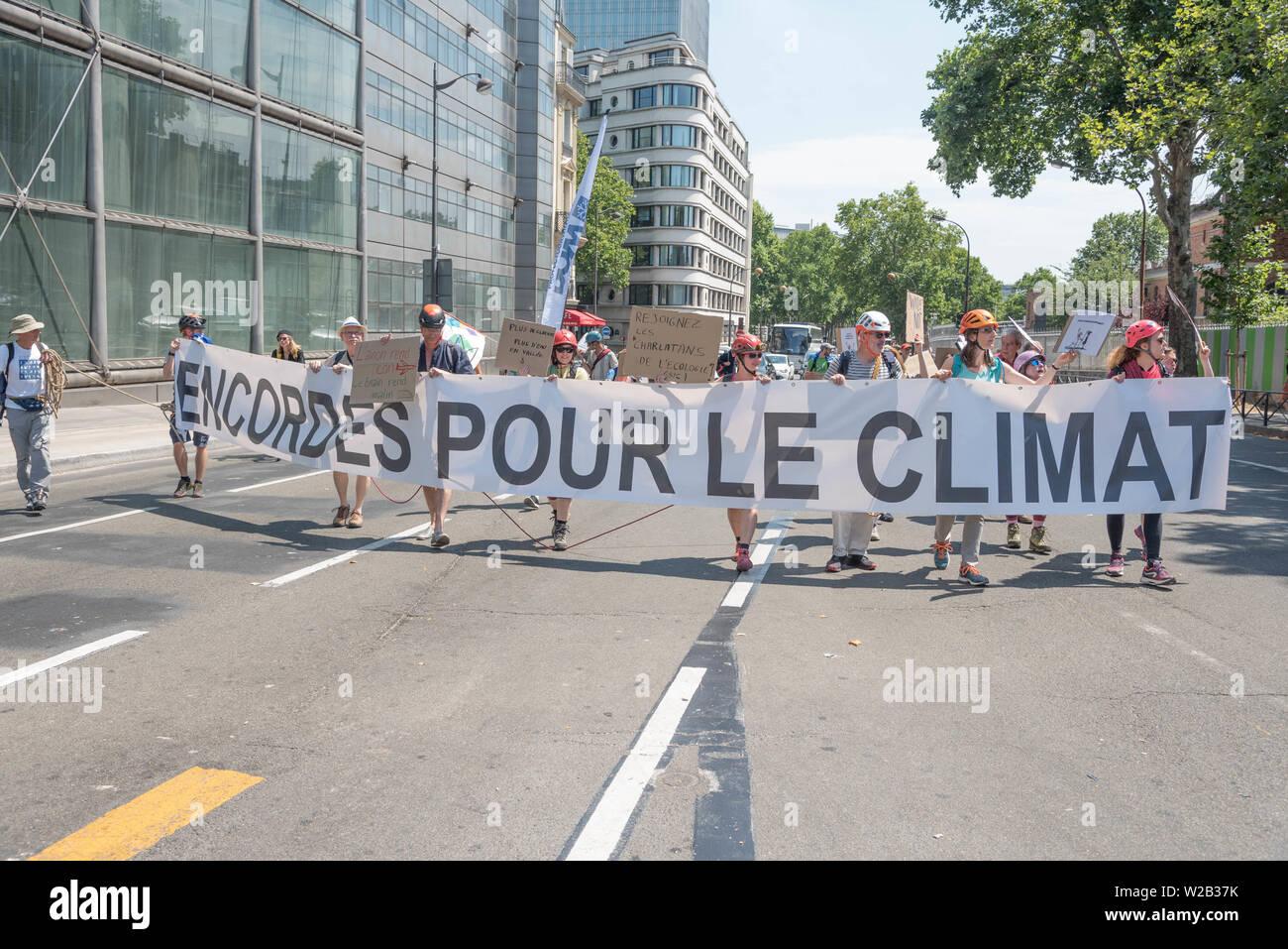 Encordé·es pour le climat à Paris ! - Stock Image