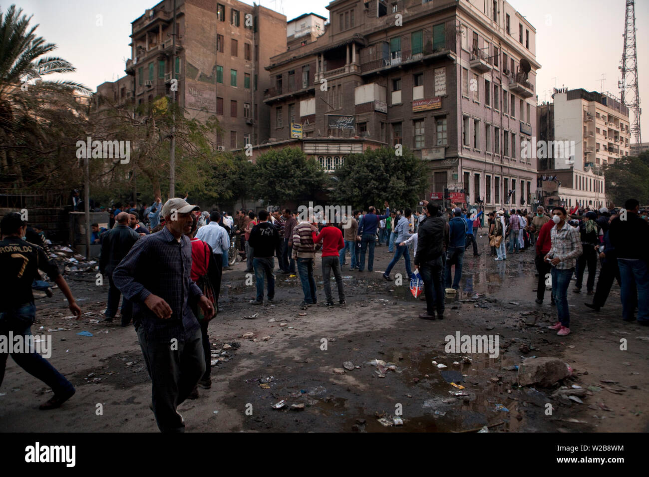 November 23, 2011 – Cairo, Egypt - Protesters gather near Mohamed Mahmoud Street. Street battles raged around the heavily fortified Interior Ministry, near Tahrir square, with police and army troops using tear gas and rubber bullets to keep the protesters from storming the ministry. The clashes  have left at least 38 killed and 2,000 protesters wounded, mostly from gas inhalation or injuries caused by rubber bullets fired by the army and the police. The United Nations strongly condemned what it called the use of excessive force by security forces. The clashes resumed despite a promise by Egypt - Stock Image