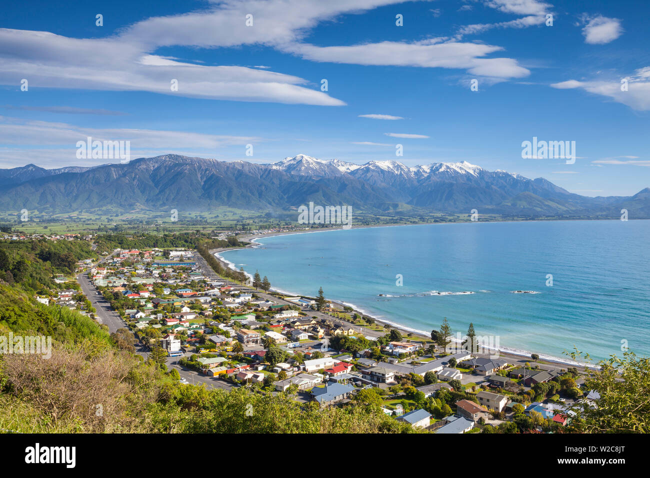 Elevated view over the picturesque coastal town of Kaikoura, Kaikoura, South Island, New Zealand - Stock Image