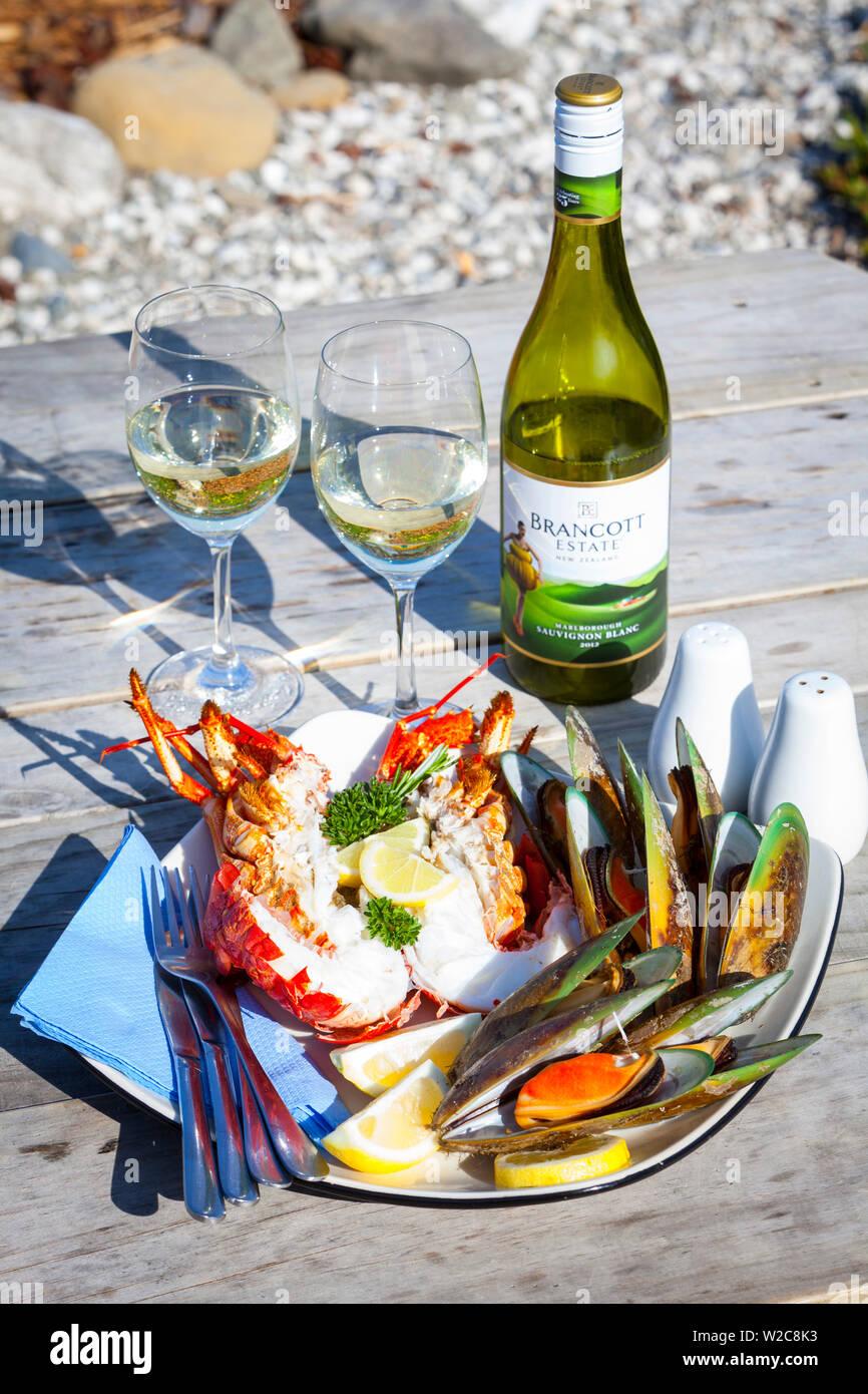 Crayfish, mussels & Marlborough Sauvignon Blanc, Kaikoura, South Island, New Zealand - Stock Image