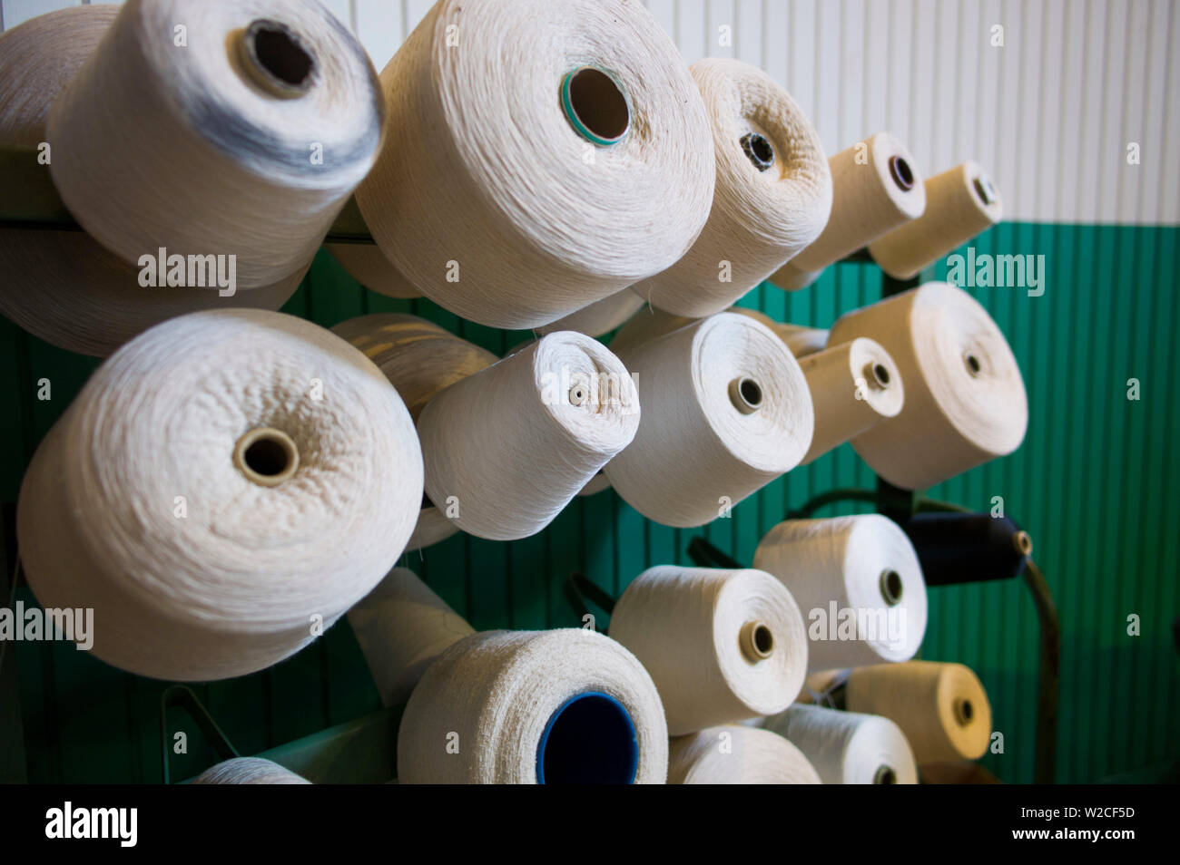 USA, Massachusetts, Lowell, Lowell National Historic Park, Boott Cotton Mills Museum, the weave room, early US fabric manufacturing - Stock Image