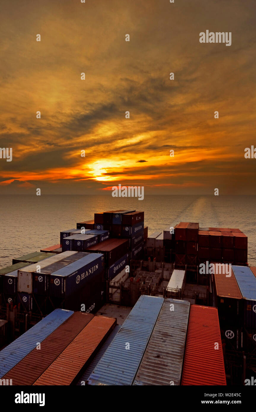 malacca strait, malaysia - april 19, 2008: view atern onto deck stowed containers, wake and sea from portside bridge wing of containership hanjin brus - Stock Image
