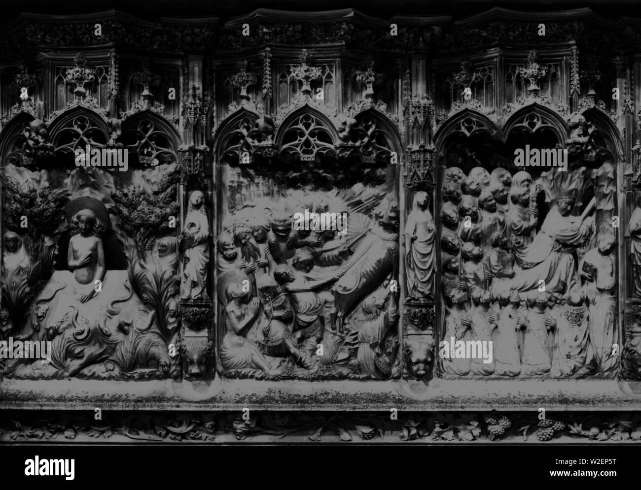 DET- RETABLO MAYOR REALIZADO EN ALABASTRO POLICROMADO ENTRE LOS AÑOS 1426 Y 1433 - ESCENAS DE LA VIDA DE LA VIRGEN DE SANTA TECLA Y DE SAN PABLO. Author: JOHAN PERE O JOAN PERE. Location: CATEDRAL-INTERIOR. TARRAGONA. SPAIN. - Stock Image