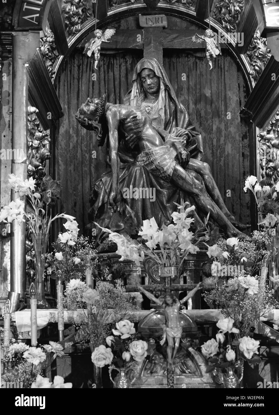 PIEDAD - SIGLO XV - FOTOGRAFIA EN BLANCO Y NEGRO - AÑOS 60. Location: IGLESIA DEL MERCADO. LEON. SPAIN. CRISTO MUERTO. VIRGEN DEL CAMINO. - Stock Image