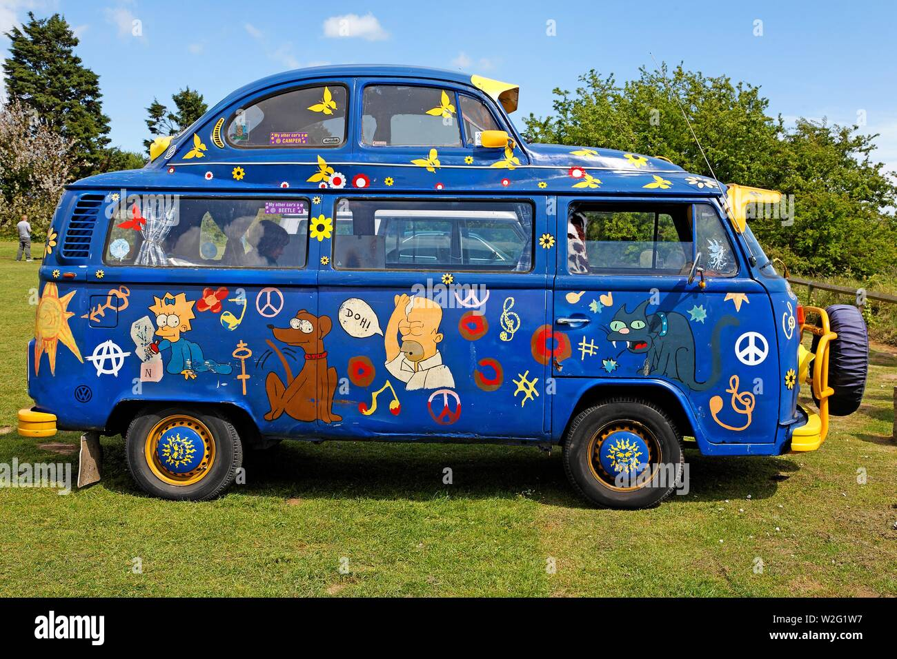 Old Vw Bus Vw T2 Bulli With Vw Beetle As High Roof Painted With Simpson Comic Figures Kent Great Britain Stock Photo Alamy