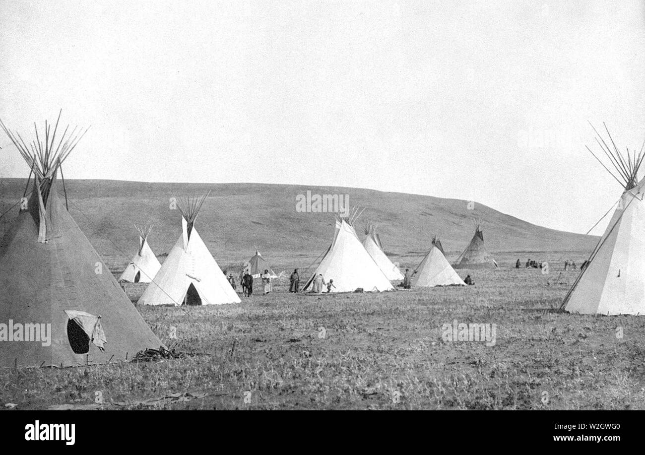 Edward S. Curtis Native American Indians - Atsina camp scene tipis on the plains ca. 1908 - Stock Image