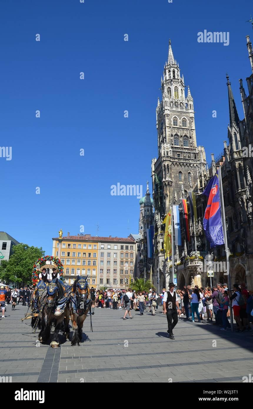 Auf dem Brauerfest in München, Bayern. Parade auf dem Marienplatz - Stock Image