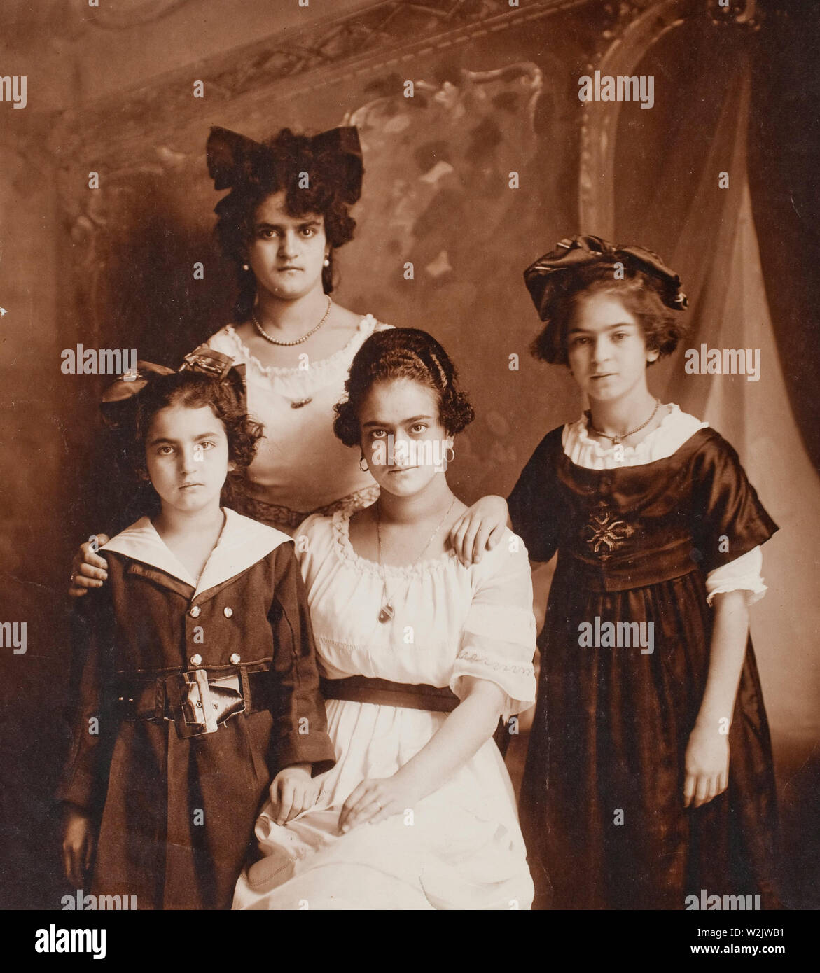 Frida Kahlo (1907 – 1954) (on the right) and her sisters Cristina, Matilde, and Adriana, photographed by their father, 1916 - Stock Image