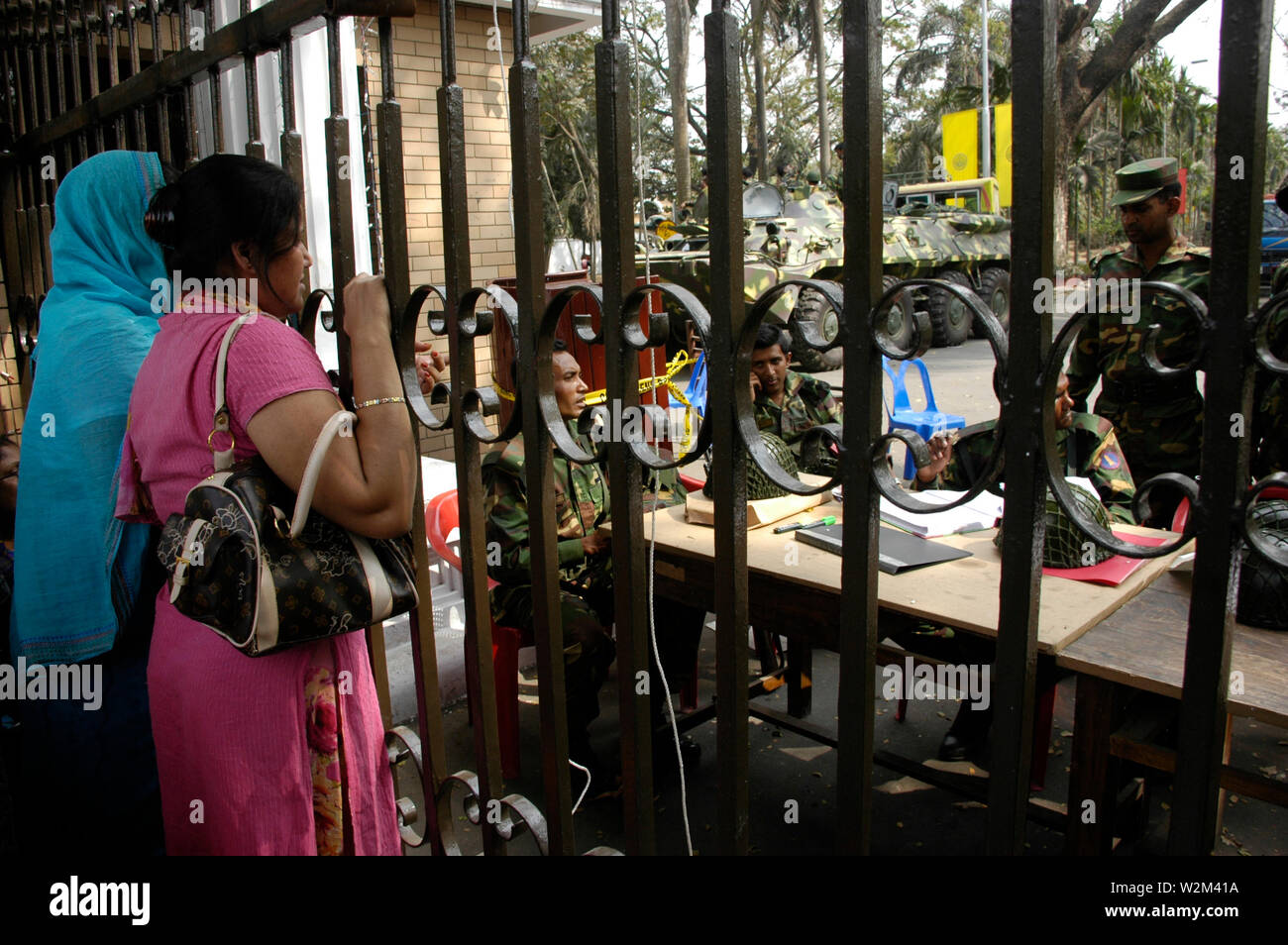 As the rebel BDR soldiers surrendered yesterday evening, the relatives and families of the lost army officers gathered at the gate of BDR Headquarters to know the fate of their loved ones. Pilkhana, Dhaka, Bangladesh. February 27, 2009. A mutiny by Bangladesh Rifles, BDR, soldiers broke out in their Headquarter in Pilkhana, in the morning of 25th February, 2009, making the area into almost a war zone. Several thousand shots were fired from machineguns, killing around 60 army officers, at the BDR Pilkhana Headquarters and several civilians near the area. - Stock Image