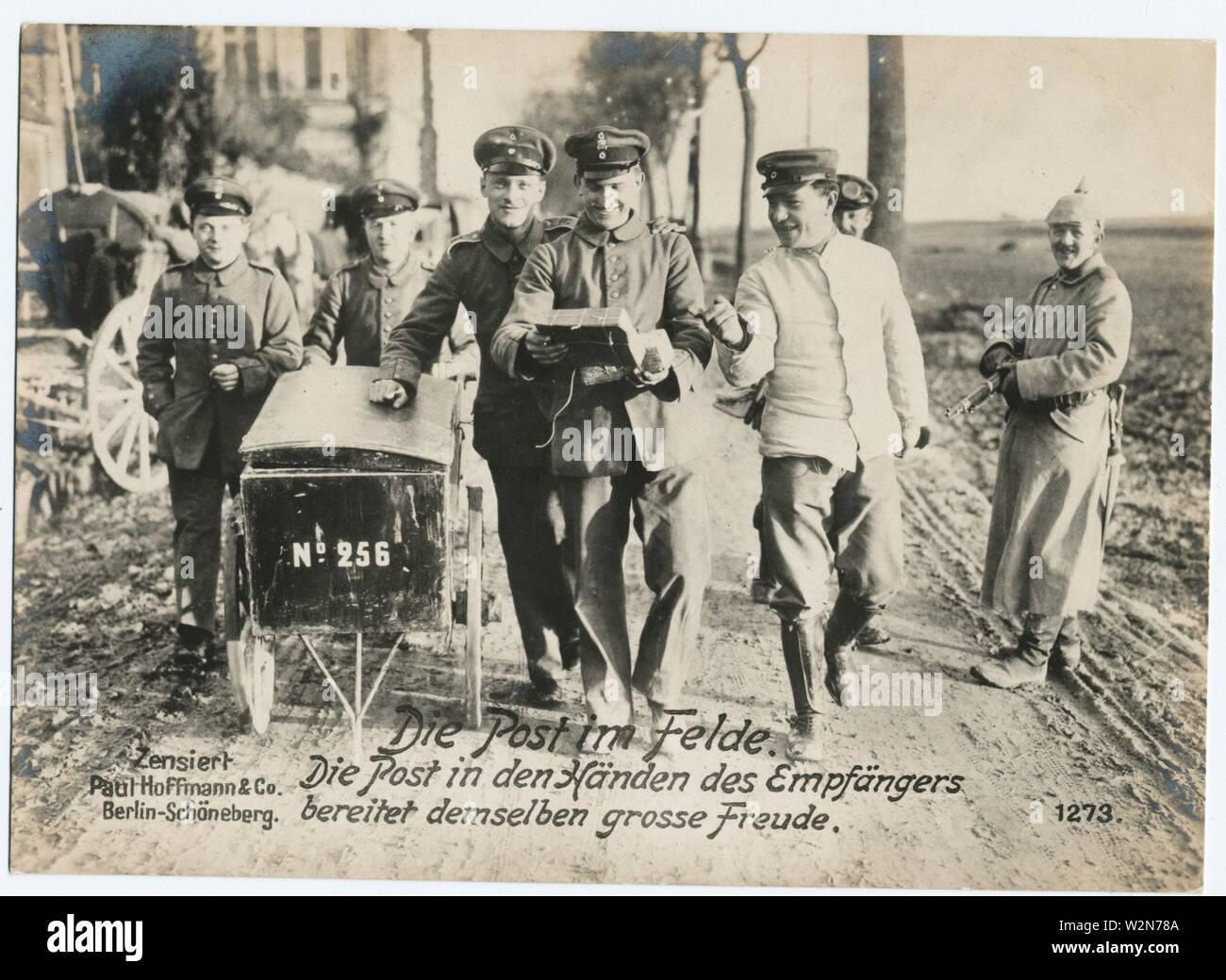 Die Post im Felde. Die Post in den Händen des Empfängers bereitet demselben grosse Freude. Paul Hoffmann & Co. (Publisher). German World War I - Stock Image