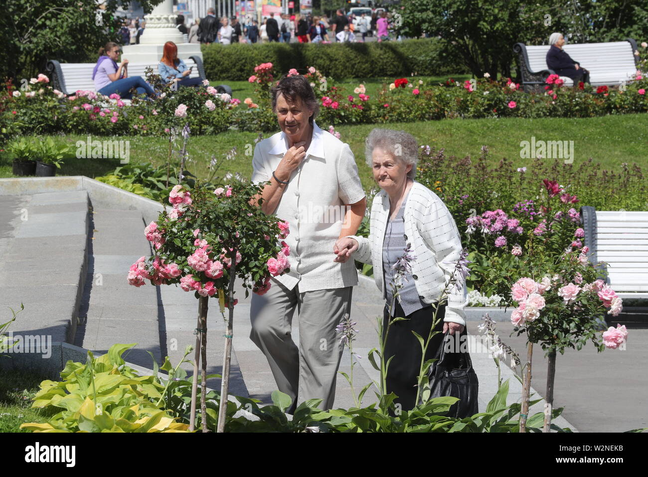 Moscow, Russia. 10th July, 2019. MOSCOW, RUSSIA - JULY 10, 2019: Elderly women taking a walk at the VDNKh exhibition centre and park. Alexander Shcherbak/TASS Credit: ITAR-TASS News Agency/Alamy Live News Stock Photo