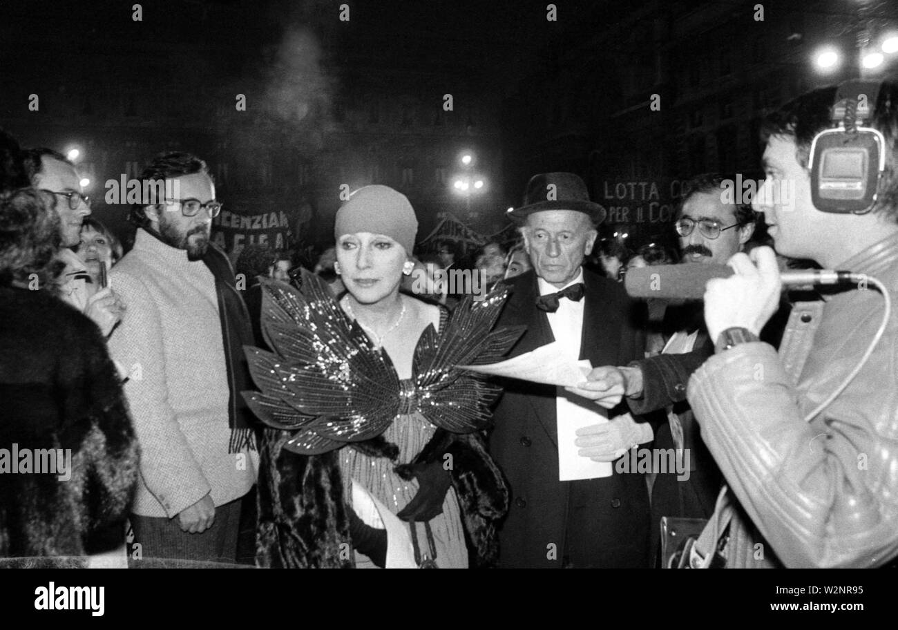 BEFORE THE STAIRCASE WITH DISPUTE AND MANIFESTATION AGAINST DISMISSALS, LAUNCH OF FLYERS AND LAUNCH OF TOMATOES BY POSTERS AGAINST SPECTATORS ENTERING THE STAIRCASE TO SEE LA CARMEN, VALENTINA CORTESE *** Local Caption *** HISTORICAL PHOTOGRAPHIC ARCHIVE (CARULLI MIMMO/Fotogramma, MILAN - 1984-12-08) ps the photo can be used in respect of the context in which it was taken, and without defamatory intent of the decorum of the people represented (CARULLI MIMMO/Fotogramma, Photo Repertoire - 2019-07-10) p.s. la foto e' utilizzabile nel rispetto del contesto in cui e' stata scattata, e senza inte - Stock Image