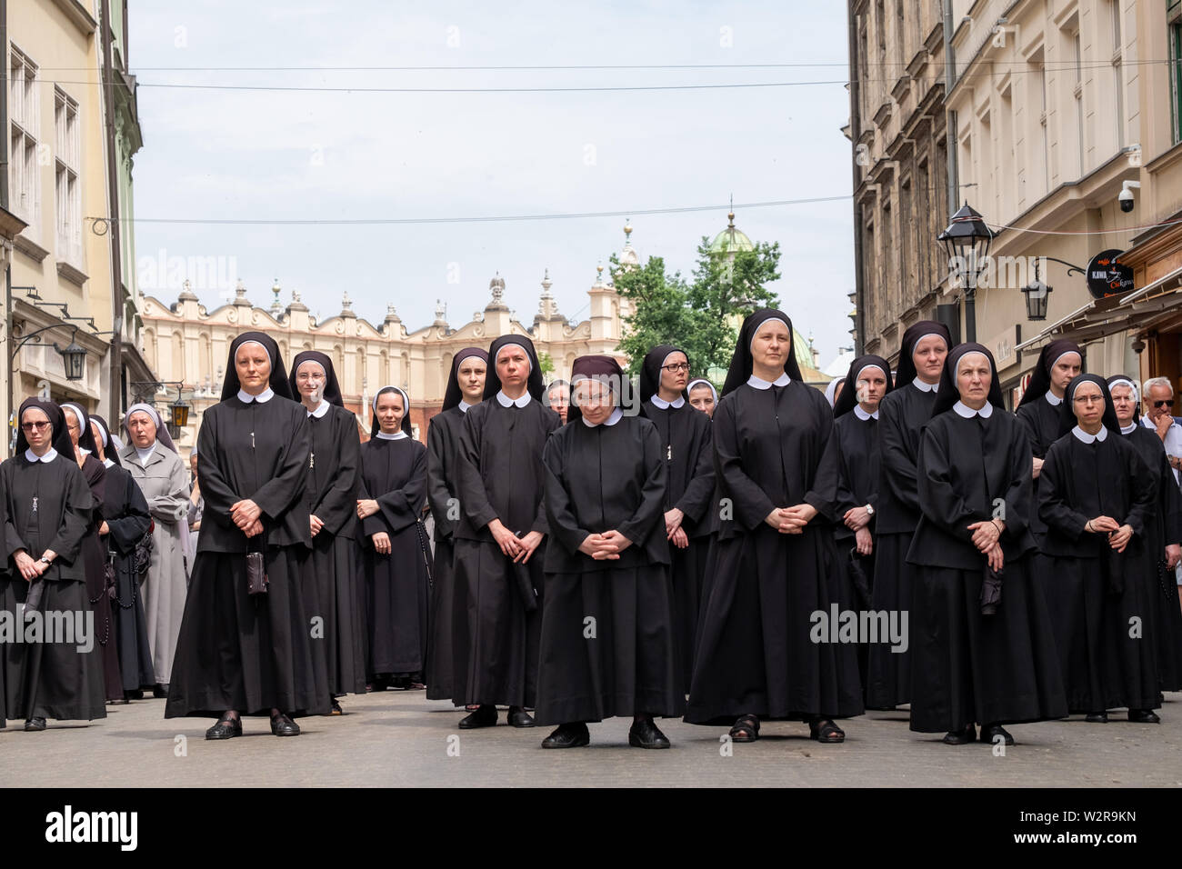 Nuns taking part in a procession for the Feast of Corpus Christi, in the streets of Krakow old town, Poland, near the Main Market Square. - Stock Image