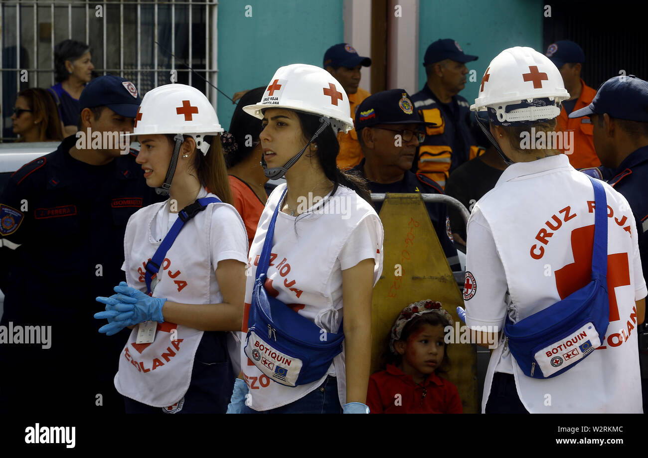 Valencia, Carabobo, Venezuela. 10th July, 2019. July 10, 2019. Officials of the red cross begin the deployment of the command post and attention of victims during an earthquake simulation operation that took place in the Elizabethan sector, where students and teachers from the different schools in the area were involved, as well as residents. The participating security forces belong to the integrated system and are made up of civil protest, firefighters, the red cross, municipal and state police, as well as ground transit officials. In Valencia, Carabobo state. Photo: Juan Carlos Hernandez (C - Stock Image