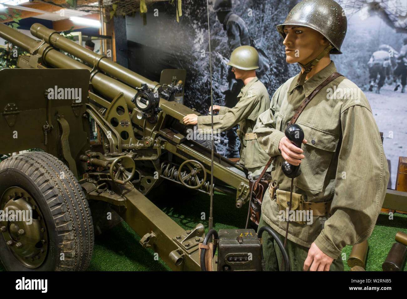 Diorama showing WW2 US soldiers operating field gun in the Musée Mémorial d'Omaha Beach museum, Saint-Laurent-sur-Mer, Normandy, France - Stock Image