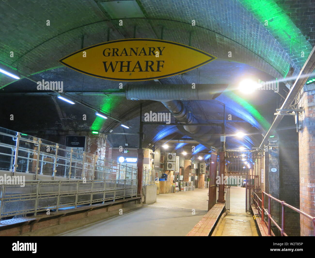 Photo of Granary Wharf, now a redeveloped shopping centre with restaurants and businesses below Leeds Central Railway Station Stock Photo
