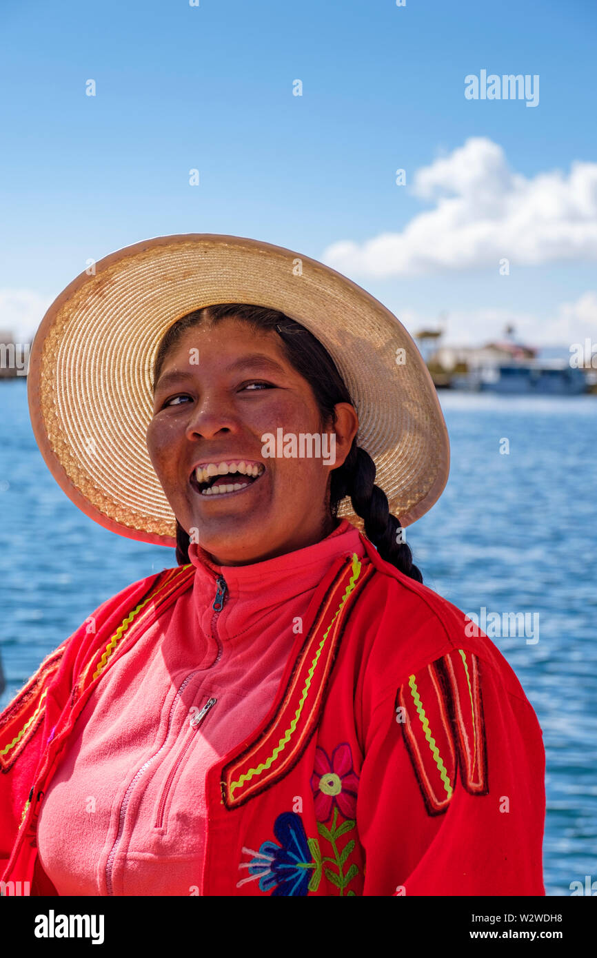 Smiling local native Uru woman, Uros Floating Islands, Lake Titicaca, Uros, Peru. - Stock Image
