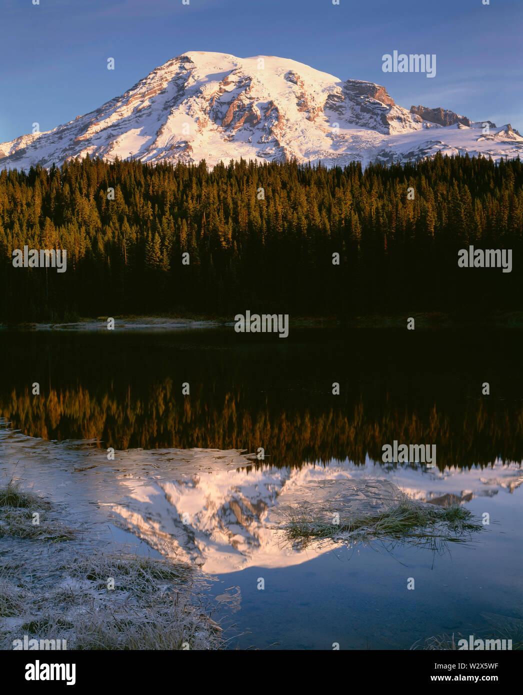 USA, Washington, Mt. Rainier National Park, Autumn sunrise on Mt. Rainier reflects in ice rimmed Reflection Lake. - Stock Image