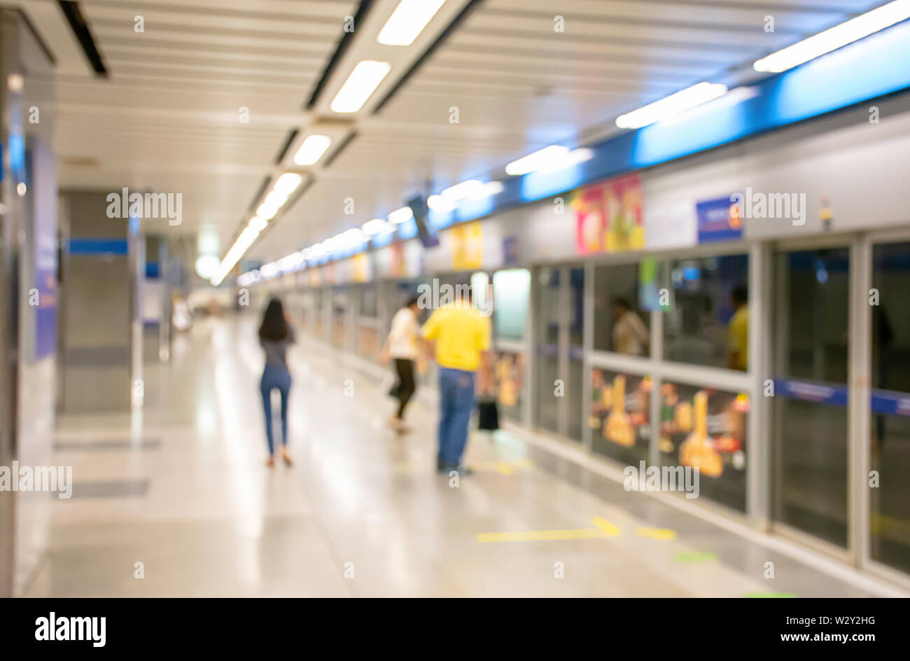 Blurry image of a passenger stand waiting for the subway - Stock Image