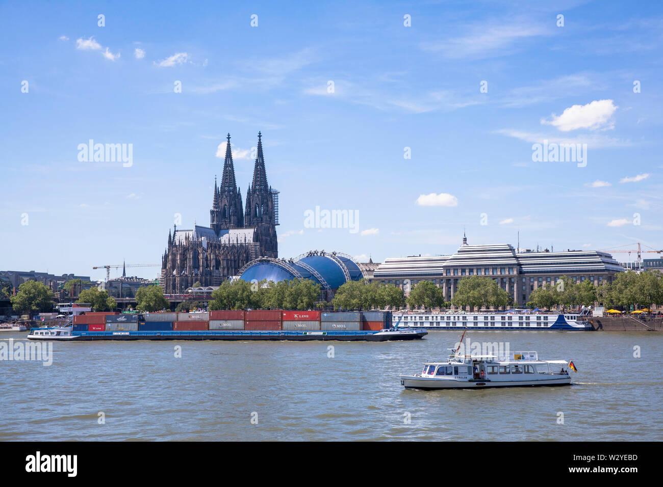 the gothic cathedral, ships on river Rhine, Cologne, Germany.  der Dom, Schiffe auf dem Rhein, Koeln, Deutschland. - Stock Image