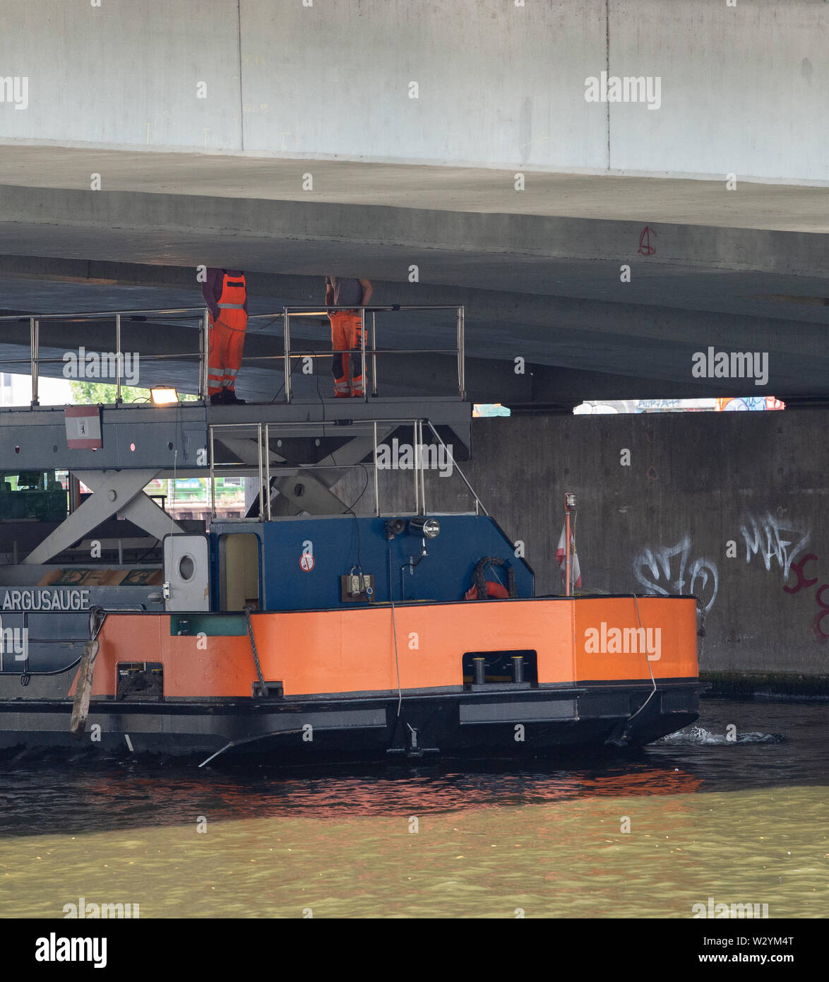 Berlin, Germany. 11th July, 2019. From a ship, workers control the underside of the Elsen Bridge. In the summer of 2018, considerable damage was found to the structure, so that the bridge will be demolished and probably rebuilt by 2028. Part of the bridge has been closed to traffic since 2018. Credit: Paul Zinken/dpa/Alamy Live News - Stock Image