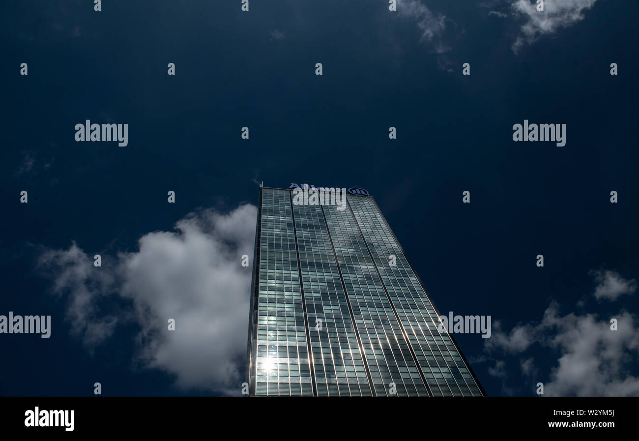 Berlin, Germany. 11th July, 2019. An almost cloudless sky frames the Allianz skyscraper. The future of the building is unclear. The insurance group has moved into a new building complex on Rudower Chaussee. Credit: Paul Zinken/dpa/Alamy Live News - Stock Image