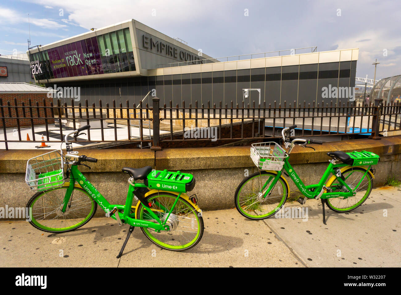 Lime-E e-bikes outside the Empire Outlets mall in Staten Island in New York on Saturday, July 6, 2019. (© Richard B. Levine) - Stock Image