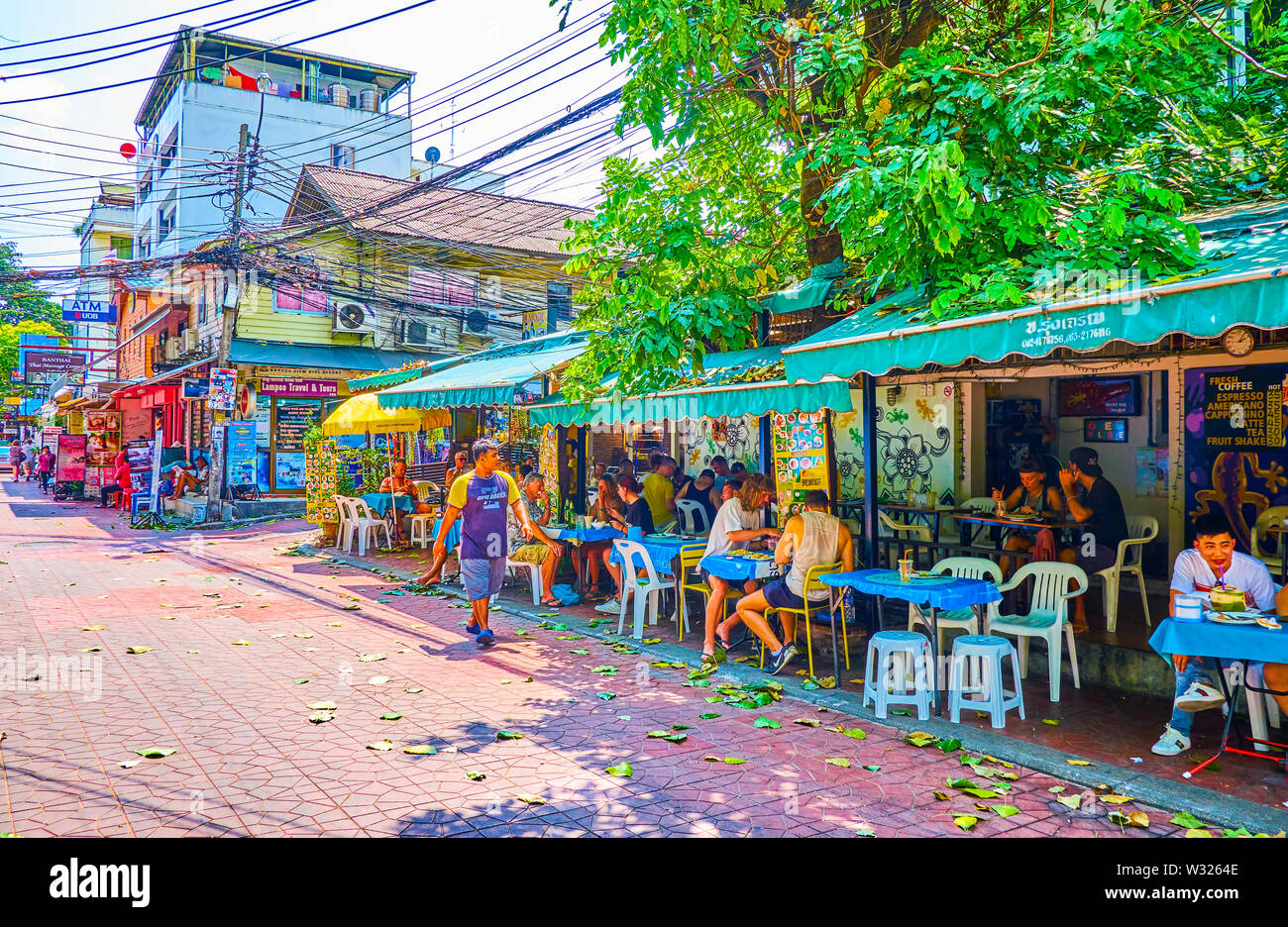 BANGKOK, THAILAND - APRIL 22, 2019: The popular outdoor cafe in Ram Buttri road offers cheap Thai food with great view on city life of tourist distric - Stock Image