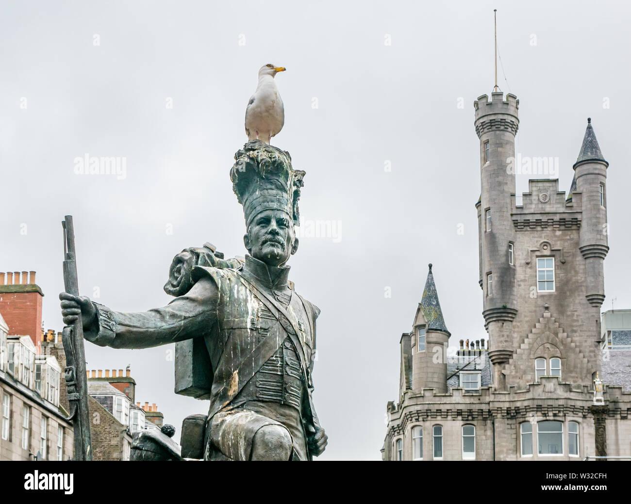 Gordon Highlanders statue by Mark Richards, Castlegate, Aberdeen, Scotland, UK with gull & Citadel building Stock Photo