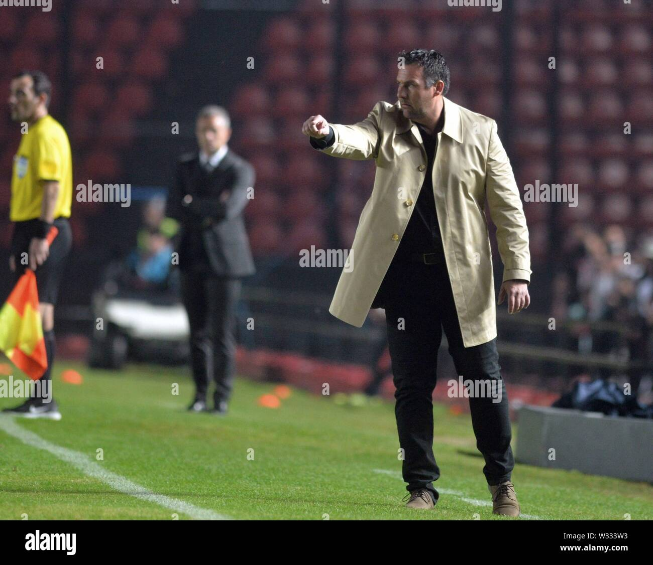 Santa Fe, Argentina. 12th July, 2019. The coach of Argentinos Juniors, Diego Dabove, gives instructions during the Copa Sudamericana round of 16 first leg match between Club Atletico Colon and Asociacion Atletica Argentinos Juniors at the Brigadier General Estanislao Lopez stadium in Santa Fe, Argentina, 11 July 2019. Credit: JAVIER ESCOBAR/EFE/Alamy Live News - Stock Image
