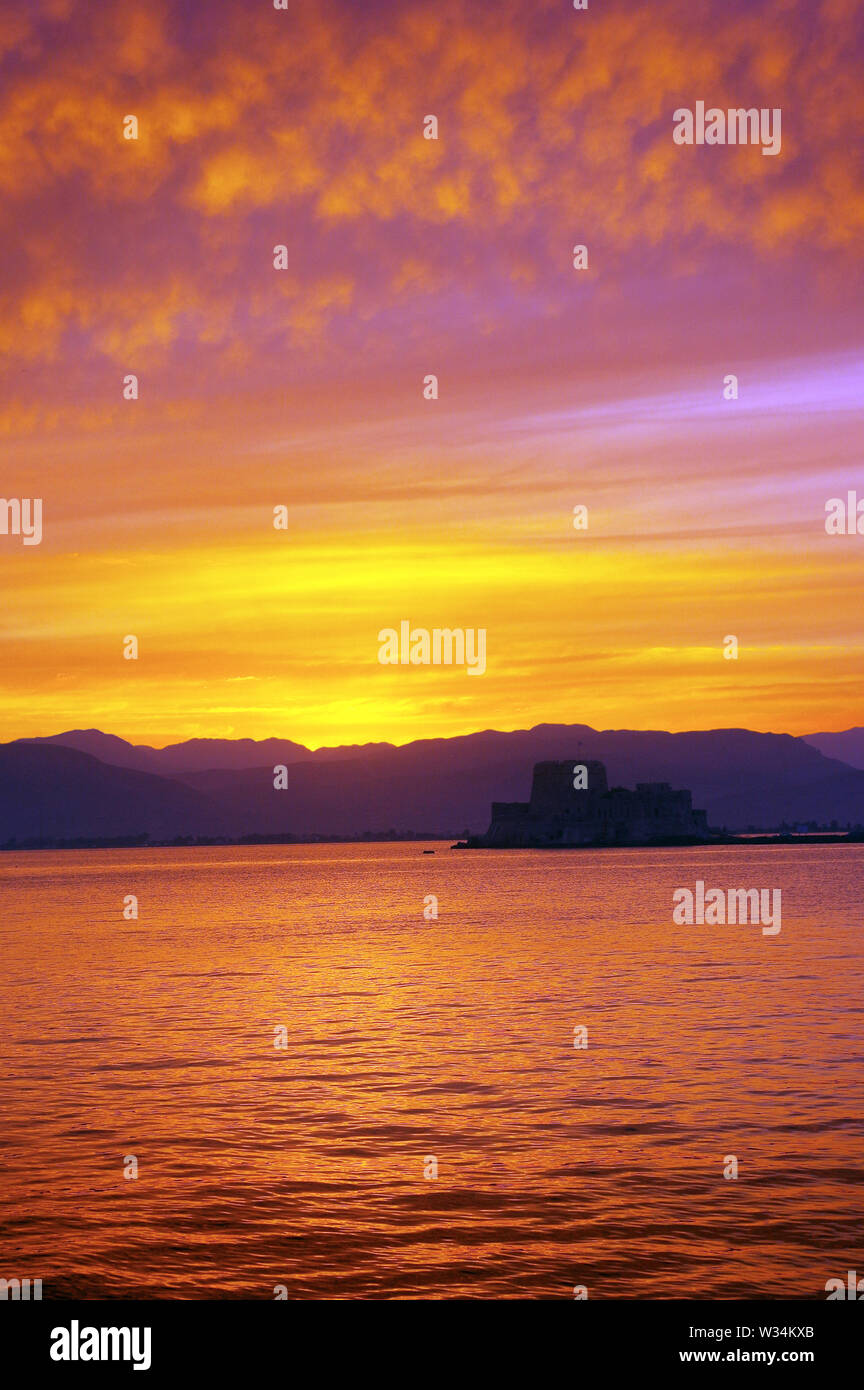 Sunset at Nafplio, Greece, with the Fortress of Bourtzi in the right center. - Stock Image