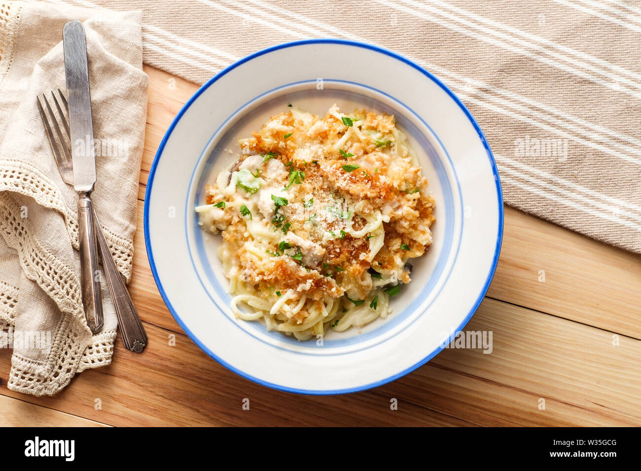 Creamy baked chicken alfredo with spaghetti pasta topped with parmesan and mozzarella cheeses and panko breadcrumbs - Stock Image