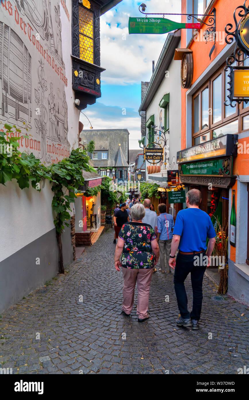 Rüdesheim, Germany, 07/07/ 2019 :Tourists strolling through the famous Drosselgasse in Rüdesheim am Rhein - Stock Image