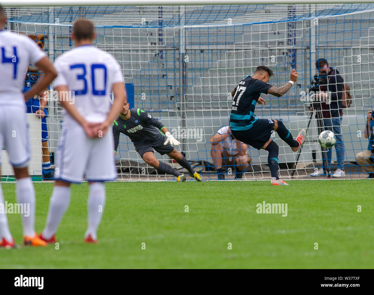 Karlsruhe, Deutschland. 13th July, 2019. Penalties: Goalkeeper Marius Gersbeck (KSC) versus Davie Selke (Hertha BSC). Hertha GES/Football/KSC Blitz Tournament wins: Karlsruhe SC - Hertha BSC Berlin, 13.07.2019 Football/Soccer: Karlsruhe vs. Hertha, Karlsruhe July.07.2019 | usage worldwide Credit: dpa/Alamy Live News - Stock Image