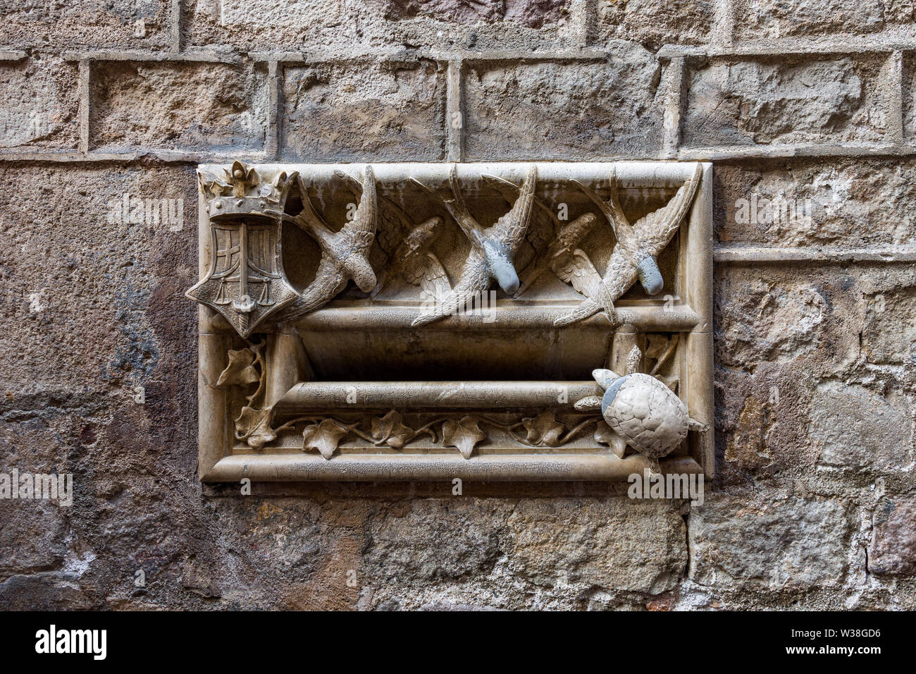 Casa de l'Ardiaca, stone letterbox with swallows and turtles, Lluis Domenech i Montaner. Barri Gotic, Barcelona. Spain. - Stock Image