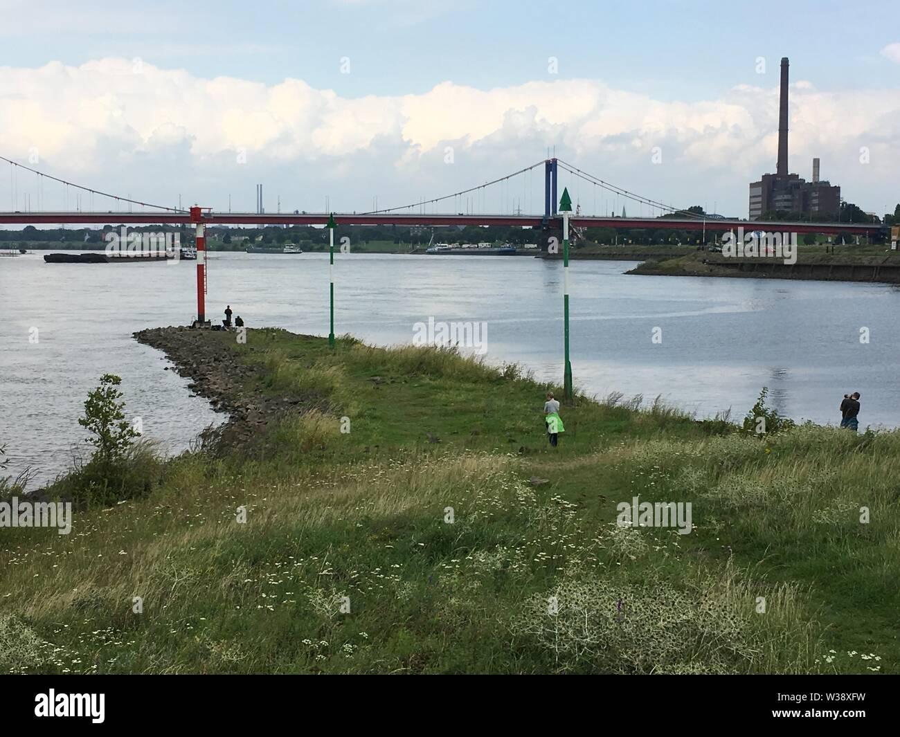 Das Ende des Ruhrtalradweges in Duisburg, wo die Ruhr in den Rhein fließt - Stock Image