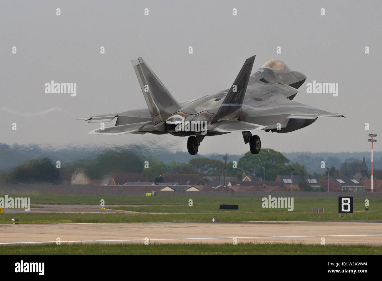 F-22 Raptor about to touch down as it lands at RAF Mildenhall. - Stock Image