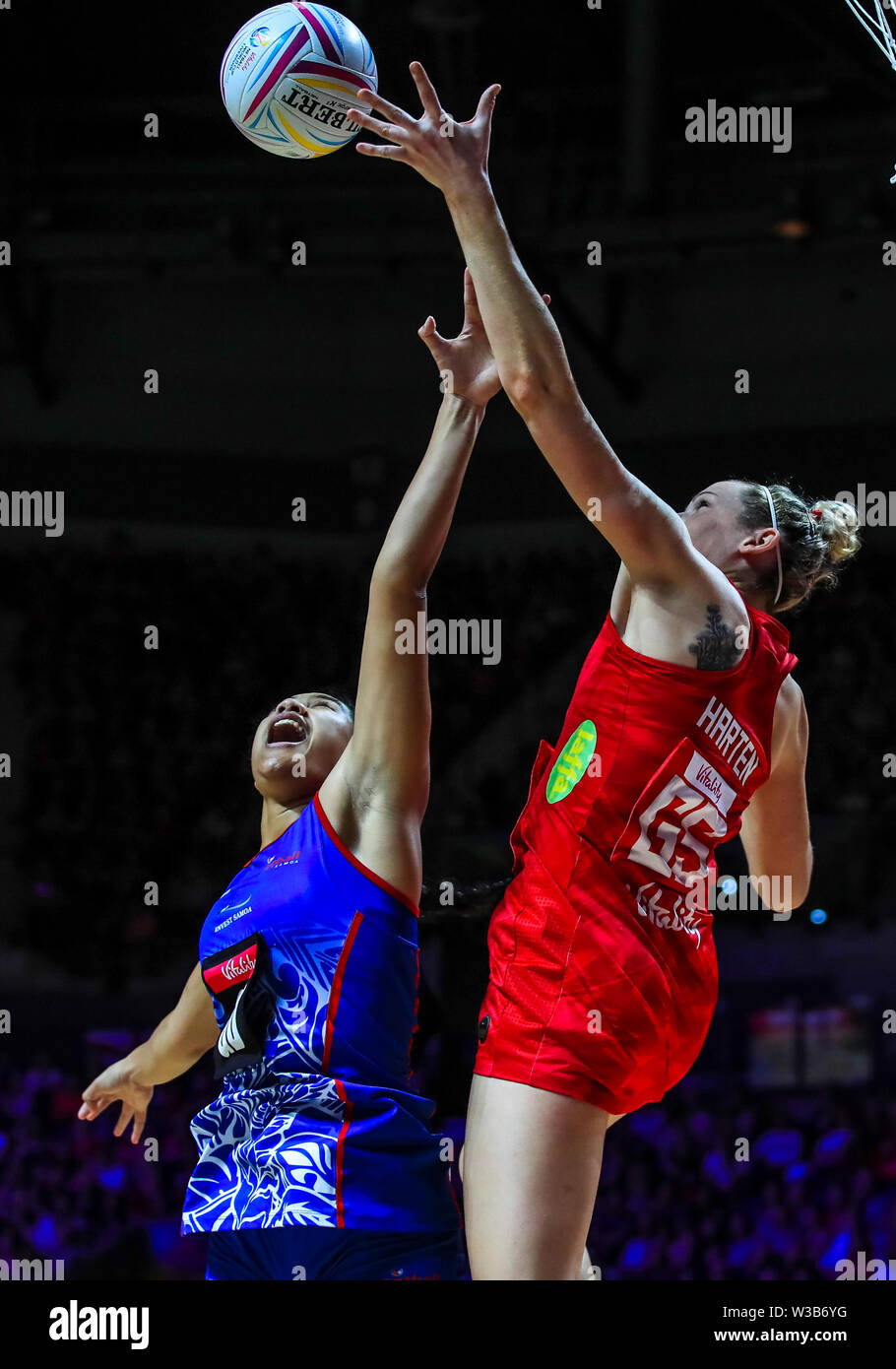 England's Joanne Harten and Samoa's Rachel Rasmussen during the Netball World Cup match at the M&S Bank Arena, Liverpool. - Stock Image
