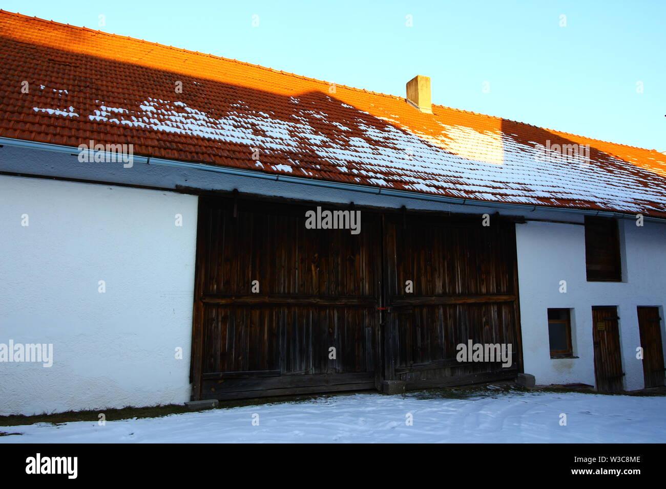 Blick auf einen Bauernhof in Bad Gögging, einem Ortsteil von Neustadt an der Donau in Niederbayern - Stock Image