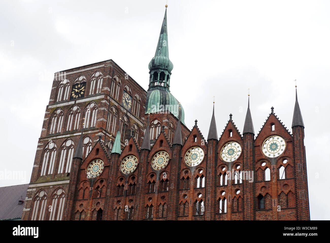gotische St. Nikolai Kirche, Nikolaikirche und Fassade des historischen Rathauses am Alter Markt, Hansestadt Stralsund, Mecklenburg-Vorpommern, Deutsc - Stock Image