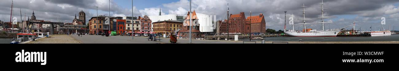 Blick von der Seeseite auf die Hansestadt Stralsund mit Ozeaneum und Museumsschiff Gorch Fock I , Mecklenburg-Vorpommern, Deutschland - Stock Image