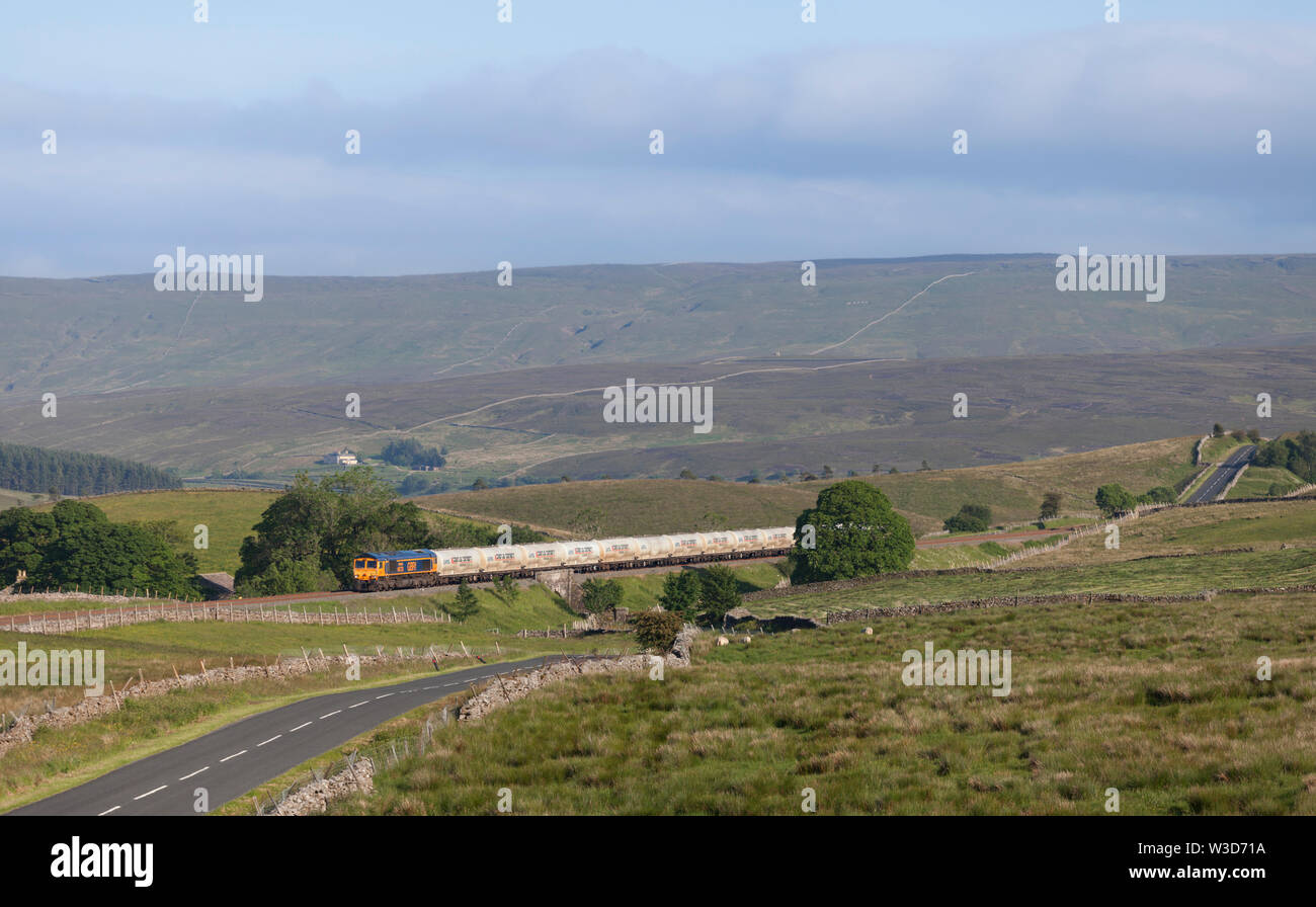 26/06/2019 White Birks Common (north of Garsdale) 66733 Cambridge PSB 6S00 1617 Clitheroe Castle Cement to Carlisle yard - Stock Image