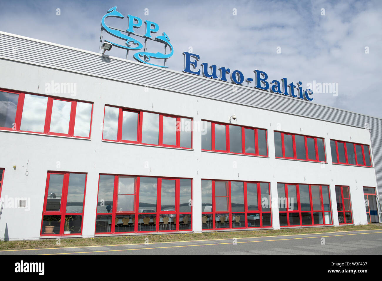 Sassnitz, Germany. 08th July, 2019. The factory building with the logo of the fish factory EuroBaltic of the Dutch Parlevliet & Van der Plas Group (P&P) in Sassnitz-Mukran. The EuroBaltic fishing plant on the island of Rügen is one of the largest fish processors in Europe, processing up to 50,000 tonnes of herring from the North and Baltic Seas. Credit: Stefan Sauer/dpa-Zentralbild/ZB/dpa/Alamy Live News - Stock Image