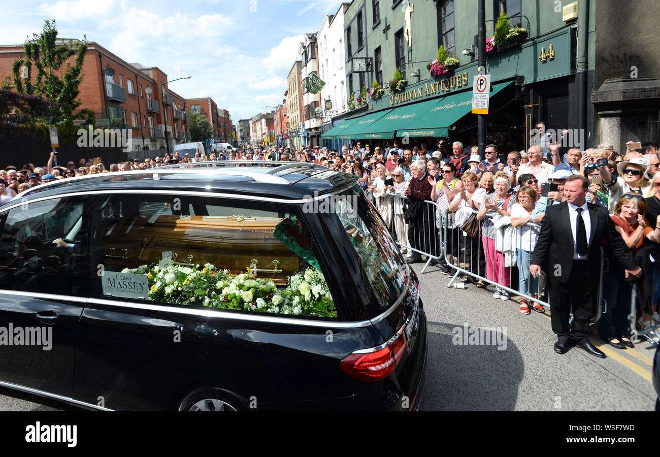 The coffin of Father Ted star Brendan Grace is carried by a hearse after his funeral at the Church of St. Nicholas of Myra, Dublin. - Stock Image