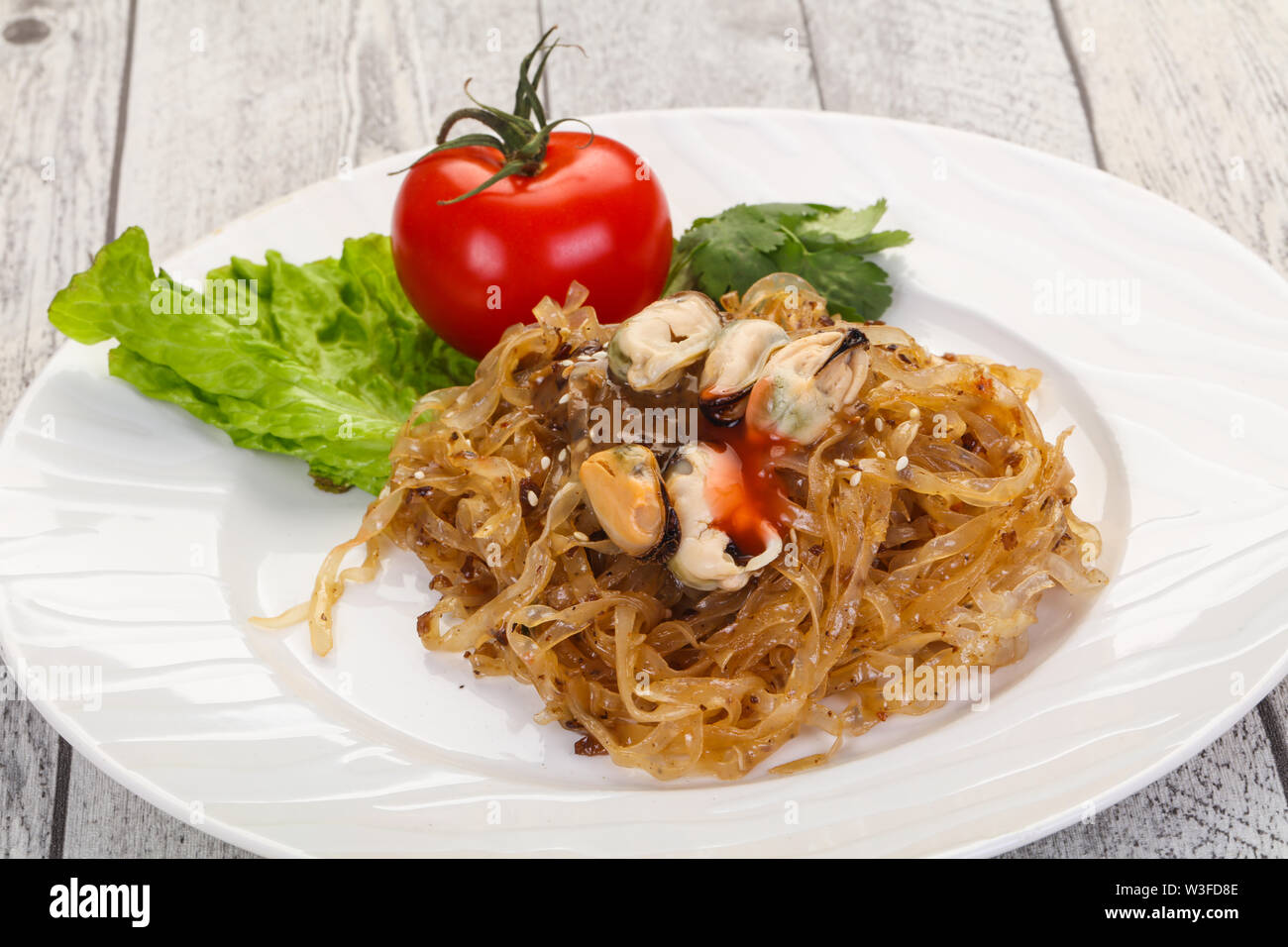 Wok noodle with mussels and sauce - Stock Image