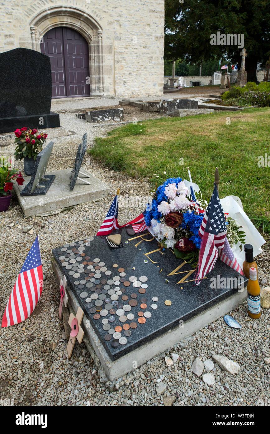 Grave of WW2 US Army medic Robert Wright at the Church église Saint-Côme-et-Saint-Damien at Angoville-au-Plain, Manche, Normandy, France - Stock Image
