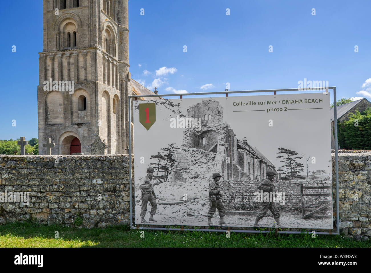 Old photo showing WW2 US soldiers and the ruined Church Notre-Dame de l'Assomption at the village Colleville-sur-Mer, Calvados, Normandy, France - Stock Image