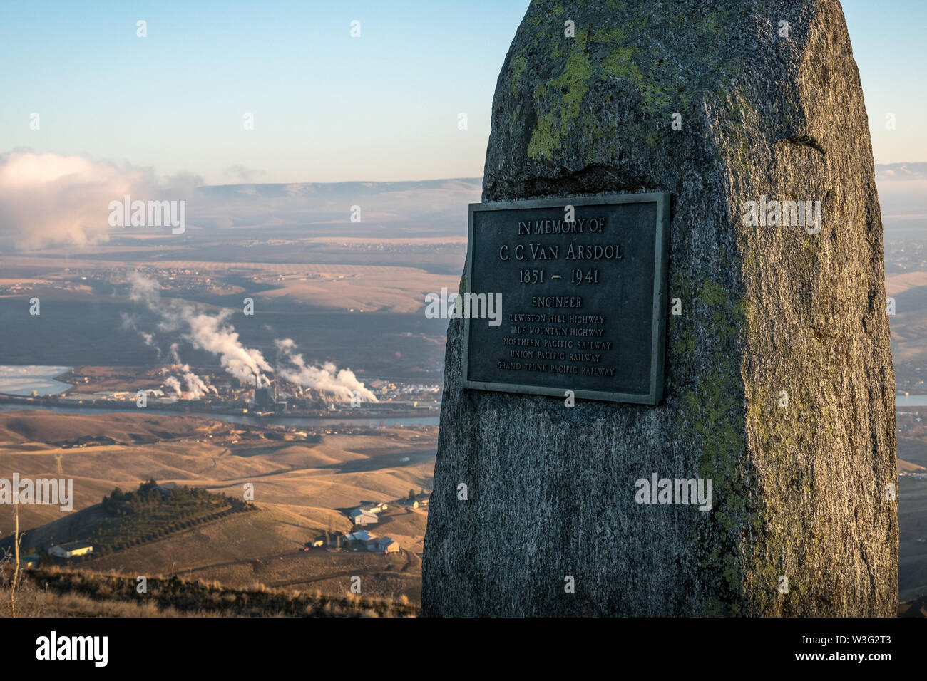 Memorial plaque for Arsdol, mounted on stone looking over a factory in Lewiston, Idaho - Stock Image
