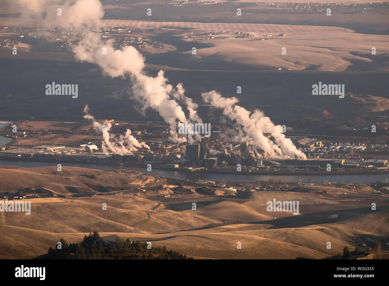 Smoke and fumes from the Clearwater paper mill on the river in Lewiston, Idaho - Stock Image