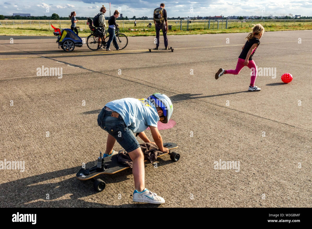 Family on Berlin Tempelhof field Germany - Stock Image